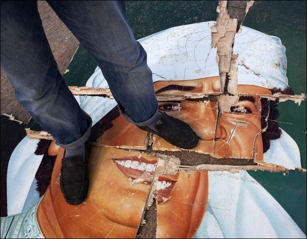 Manifestantes pisaram em retratos do líder líbio Muammar Gaddafi