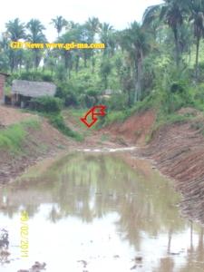Vejam a seta, existe uma montanha de barro na região por onde a água escoria mesmo? (clique na imagem para ampliar)
