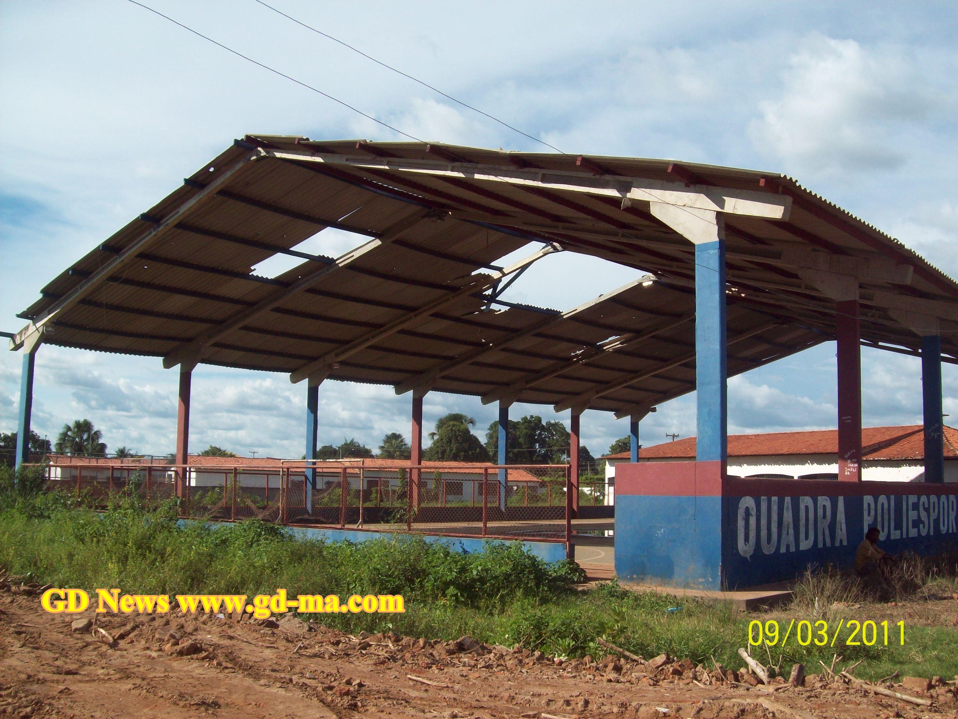 Quadra Coberta na Rua Duque de Caxias na cidade de Gonçalves Dias, viram os buracos no teto?