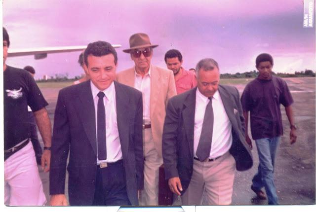 O então delegado federal Raimundo Cutrim (E), quando em 1993, juntamente com o Cel. Guilherme Ventura chegavam no aeroporto de Imperatriz trazendo preso de Minas Gerais, o empresário Geraldo Hipólito (de chapéu) que estava foragido acusado como um dos mandantes do assassinato do prefeito Renato Cortez Moreira.