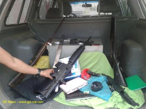 Armamento de urso restrito apreendido pela polícia com os suspeitos.